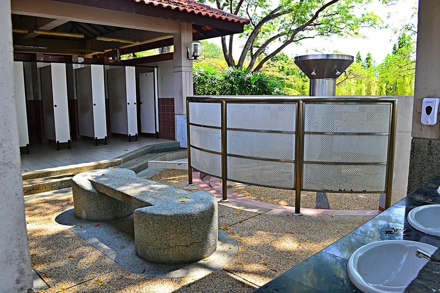 Место водных процедур и кабинки для переодивания