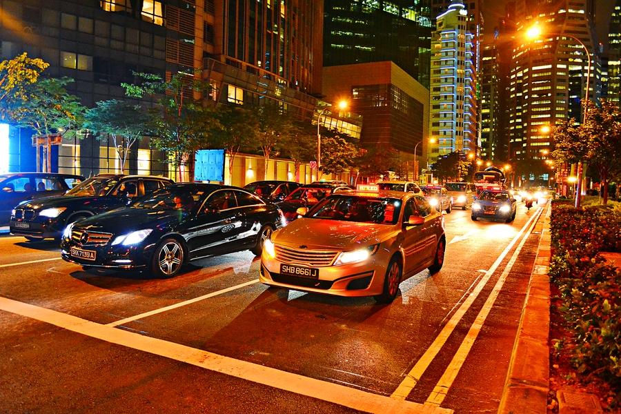 машины на светофоре в центре Сингапура
