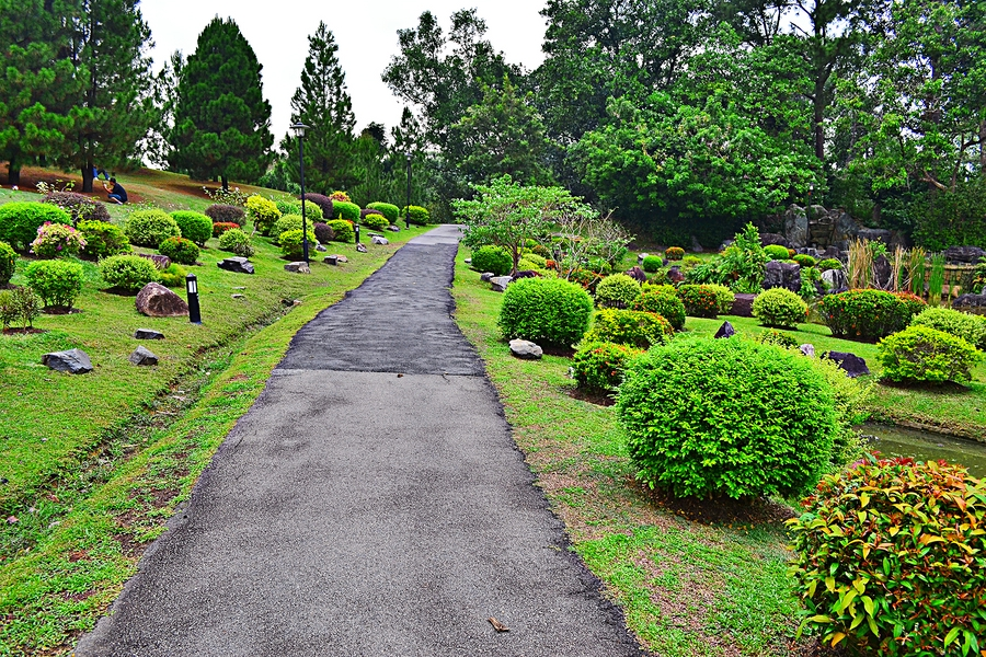 Тропинка в Японском саду в Сингапуре