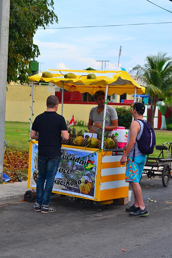 Приготовление коктейля на Кубе