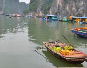 Лодка местных торговцев на бухте Халонг