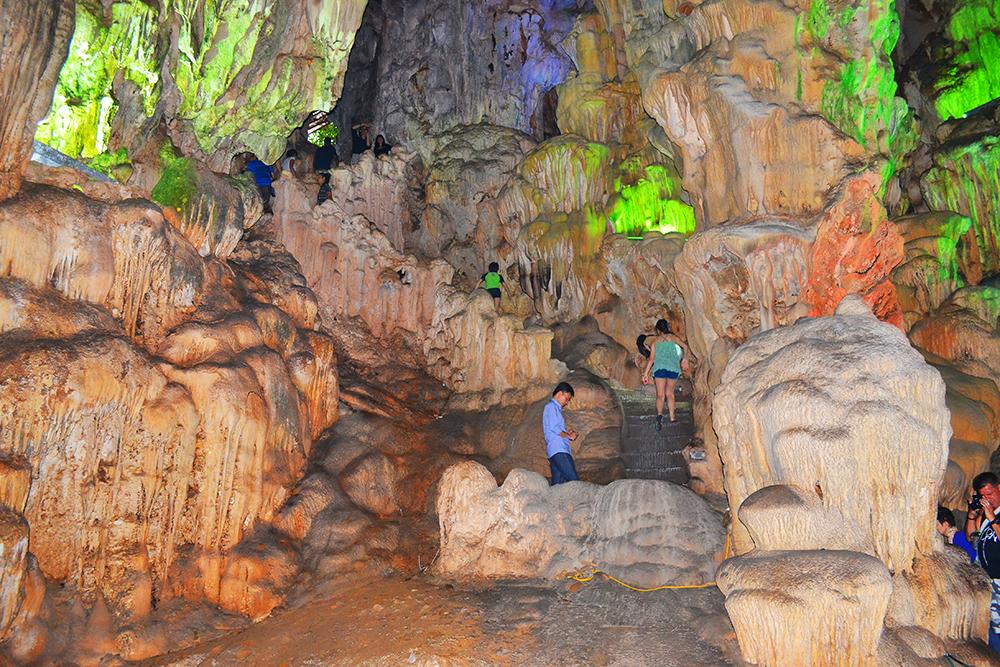 Вид на одну из пещер бухты изнутри