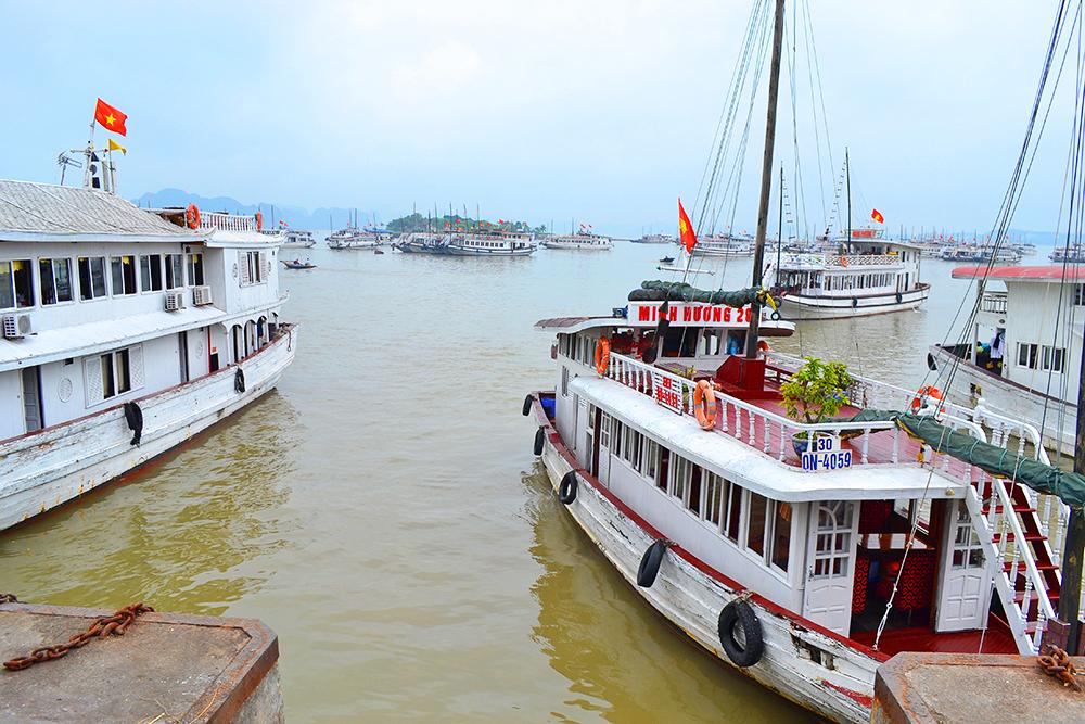 вид на бухту Халонг с пирса Cang Moi Hon Gai
