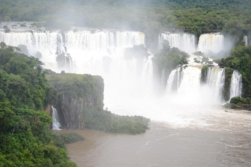 Водопады Игуасу в Бразилии. Вид на Аргентину