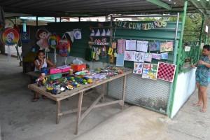 уличный прилавок по продаже игрушек