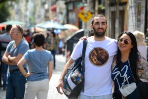 туристы на улице Defensa