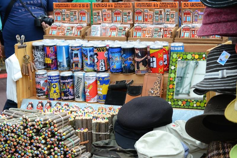 цветные карандаши и стаканы в виде пивных банок