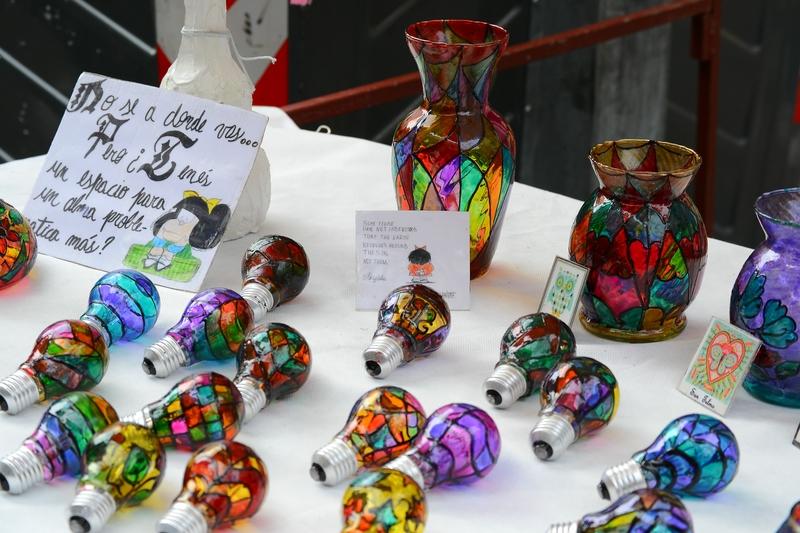 раскрашенные лампочки и вазы