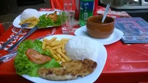 обед в одном из уличных кафе. в горшке красная фасоль