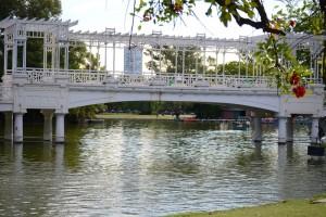 мост через пруд в парке