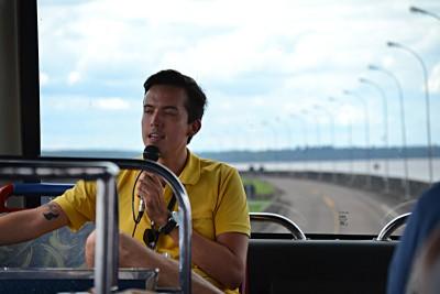 экскурсовод в автобусе