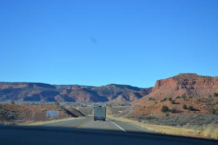 вид на каньоны из автомобиля