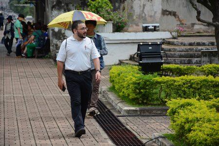 Мужчина идет рядом с Patuxai