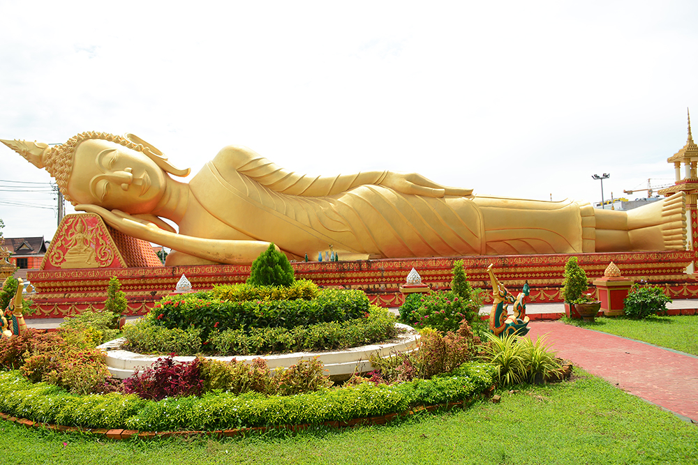 лежачий Будда в храме Pha That Luang