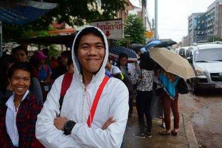 турист из Филиппин подающий на визу Таиланда во Вьентьяне