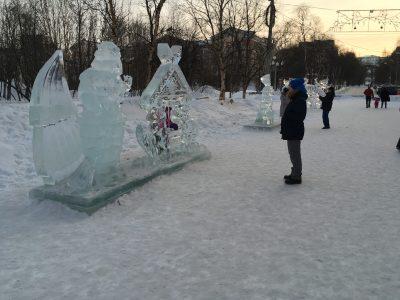 Ледовый городок рядом с площадью пяти углов в Мурманске