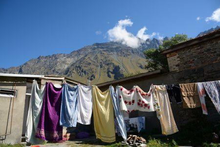 Вид со двора гостевого дома в Казбеги