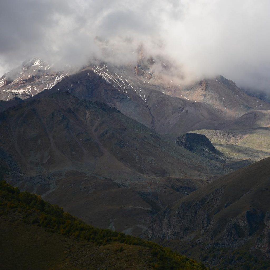 Вид на горы в районе Троицкой церкви (Гергети) в Казбеги