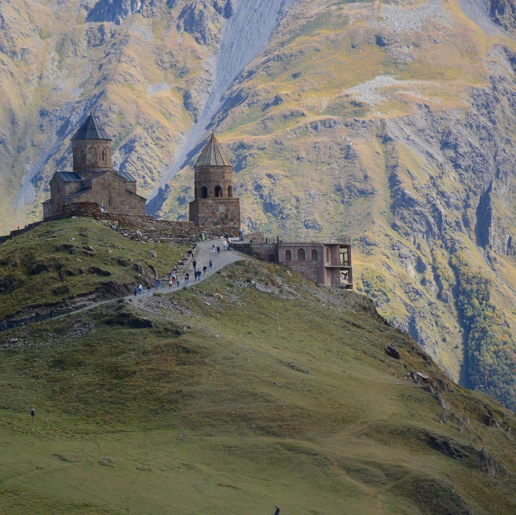 Вид на горы и Троицкую церковь (Гергети) в Казбеги