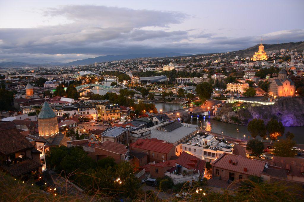 Вид на вечерний Тбилиси со смотровой площадки Kartlis Deda View Point