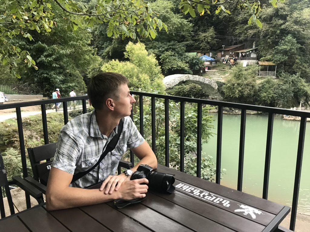 Позади меня Мост Царицы Тамары в пешей доступности от водопада
